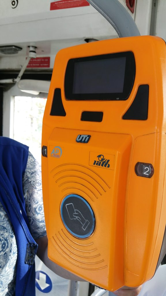 foto aparat RATB de control nefuncțional și controlor